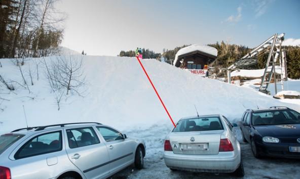 Über diese Geländekante stürzte der Bub auf die Autos auf dem darunter liegenden Parkplatz. Foto: Brunner Images