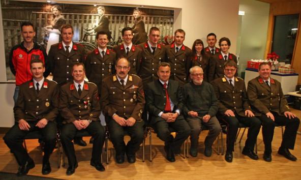 Zahlreiche Ehrengäste und die beförderten Feuerwehrleute erschienen zur 111. Jahreshauptversammlung der FF Hopfgarten. Foto: FF Hopfgarten