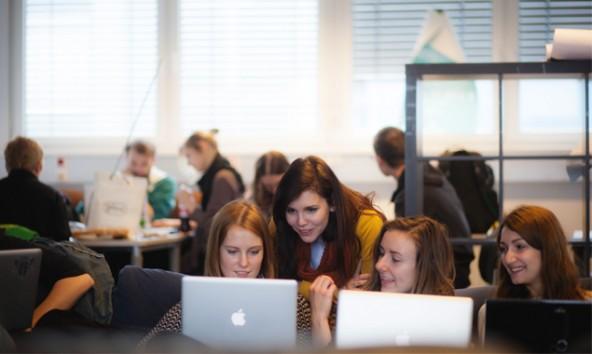 Kreativität ist ihr Ding – Kristin Meinhart besucht die Fachhochschule Joanneum in Graz. Foto: Tobias Tschurtschenthaler