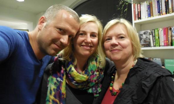 Autor Bernhard Aichner mit Anja Kofler, Leiterin der Stadtbücherei Lienz und Heidi Fast, Leiterin der Stadtkultur Lienz.