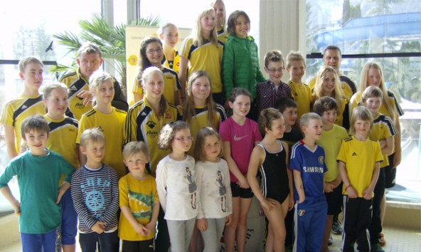 Die 27 Athleten der Schwimmunion Osttirol beim Tiroler Tigas-Schwimmcup 2014 im Dolomitenbad Lienz. Foto: SU Osttirol
