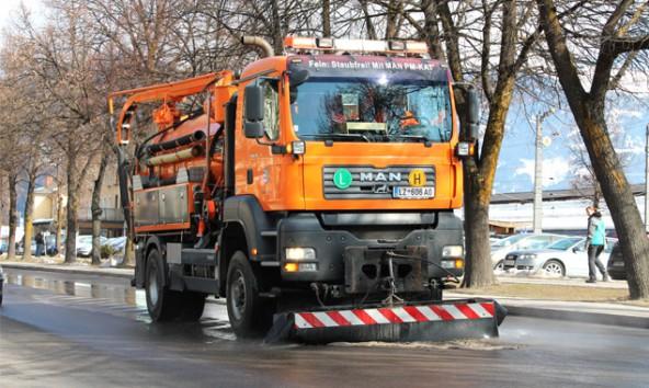 Mit einem 100 Bar-Hochdruckwaschbalken sorgt derzeit der Schlammsaugwagen der Stadtgemeinde Lienz für saubere Straßen. Foto: Stadt-Lienz/Lenzer