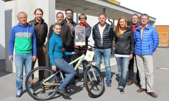 """""""Im Radl"""" spenden die Lienzer Radgeschäfte jährlich ein Bike für einen guten Zweck. Heuer stellte Gernot Strohmaier von """"Radservice Gernot"""" (3. v. l.) dem SOS-Kinderdorf ein Jugendbike zur Verfügung. Foto: Stadtmarketing"""