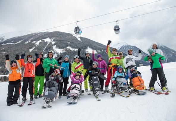 """Schüler, Lehrer und Begleitpersonen mit dem neuen """"Dualski"""". Die restlichen Sportgeräte stammen vom Behindertensport Tirol. Fotos: Expa/Groder"""