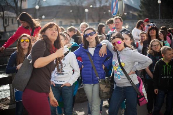 Gemeinsam mit Stadtführerin Evelin Gander freuten sich die Kinder über die Sonnenstrahlen in der Dolomitenstadt. Fotos: Dolomitenstadt/Egger