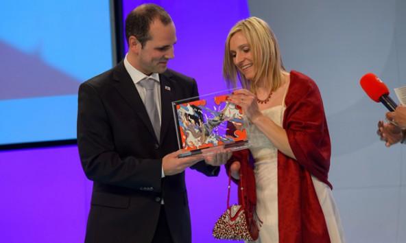 Die mehrfache Paralympics-Medaillengewinnerin Anna Maria Mayer nahm unter Freudentränen ihren MiA Award in der Kategorie Sport entgegen. Foto: MiA Award