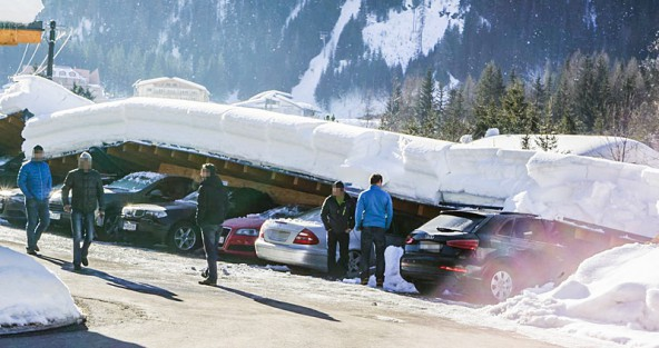 Ratlos schaute mancher Autobesitzer auf das Desaster. Acht Fahrzeuge wurden großteils schwer beschädigt. Fotos: Brunner Images