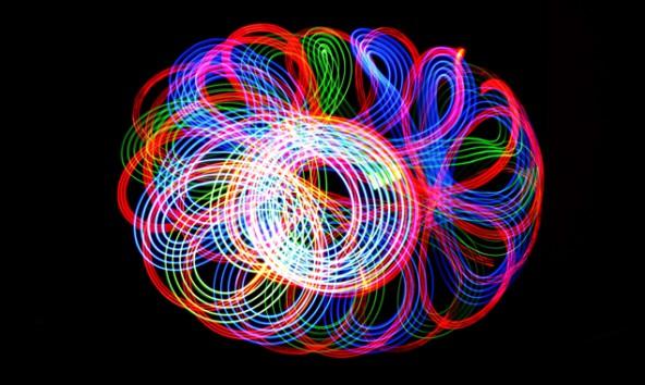 Durch die Bewegung einer oder mehrerer Lichtquellen entstehen Lichtmalereien wie hier von Sarah Klaunzer-Sporer. Fotos: Fotoclub Lienz