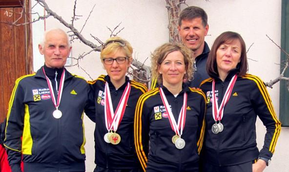 Vier Gold- und zwei Silbermedaillen gab es für das Laufteam der Sportunion Raiffeisen Lienz. Von links: Franz Niedertscheider, Susanne Mair, Roswitha Moser, Franz Mietschnig und  Elisabeth Bürgel. Foto: Bernd Bürgel