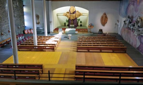 Die gelben Schaltafeln in der Mitte des leer geräumten Kirchenschiffs bilden die Form eines Kreuzes. Sie sollen sowohl für die Härte der Alltagsbelastung des Lebens, als auch für das Befreiende, wenn Menschen ihr tägliches Kreuz auf sich nehmen, stehen. Foto: Bernhard Kranebitter