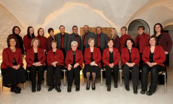 """Die Singgemeinschaft """"VoKals"""" unter der Leitung von Maria Rogl (o. Dritte v. r.). Fotos: Hildegard Huter"""