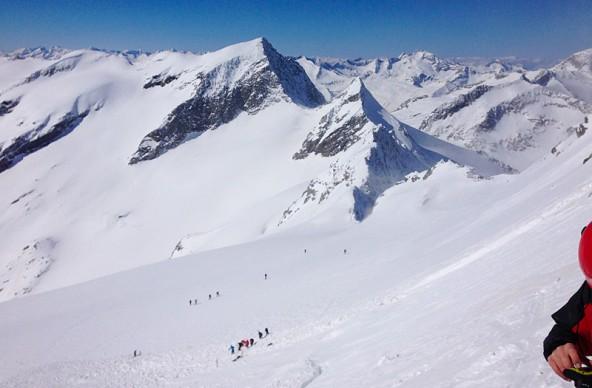 Auch ein traumhafter Wintertag kann schnell zumAlptraum werden. Im Vordergrund des Bildes ist gut zu sehen, wo das Schneebrett abging. Fotos: Brunner Images/Martin 4