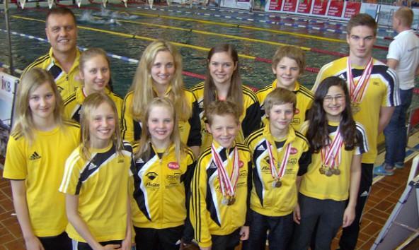 Strahlen mit den Medaillen um die Wette: Die elf Osttiroler Schwimmer bei den Tiroler Hallenmeisterschaften in Innsbruck. Foto: Schwimmunion