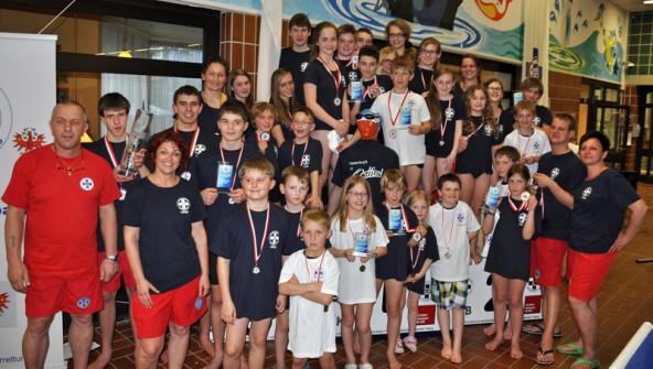 Alle Teilnehmer der Tiroler Meisterschaften im Rettungsschwimmen der ÖWR Lienz mit Obmann Franz Striemitzer (l.). Fotos: Brigitte Mair