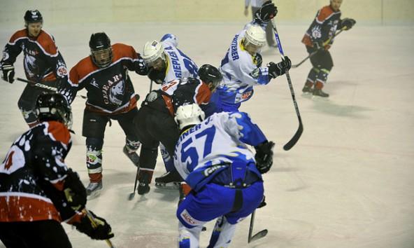 In der Toblacher Eisarena kämpfte der UECR Huben gegen die Icebears Toblach um den Finaleinzug der Division 1. Foto: Anton Oberhammer