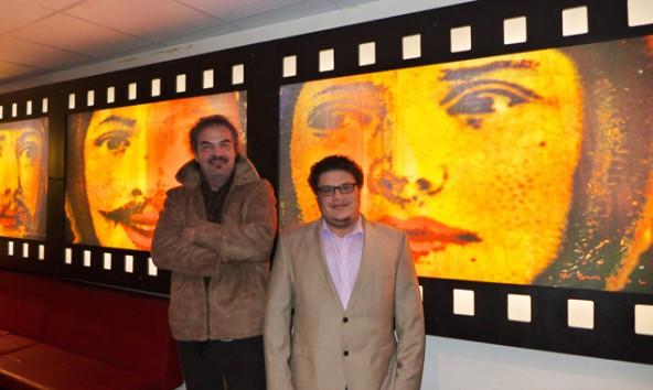 v.l.: Der Künstler Hannes Neuhold und der Jungunternehmer Oswald Neumayr vor der Bilderfolge im Café Wha in Lienz. Foto: Wha
