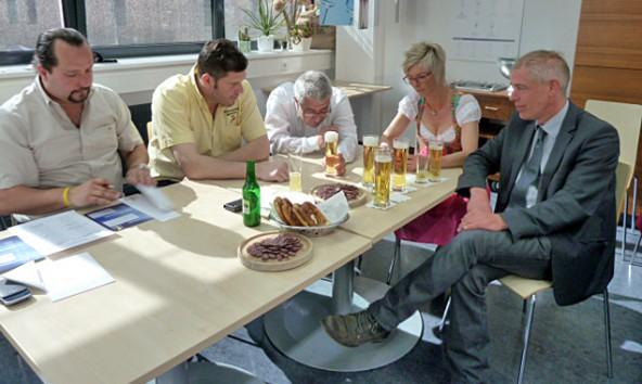 Beurteilten das Gesamtbild des Bieres mit Schaumkrone (v.l.) Josef Werius, Arthur Wieser, Thomas Sandler, Heike Gaschnig und Direktor Gerald Kolbitsch.