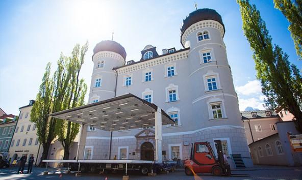 """Freitag wurde die Bühne zur Feinjustierung aufgestellt – sie """"kennt"""" jetzt die optimalen Einstellungen für den Hauptplatz und speichert diese auch. Foto: Dolomitenstadt/Egger"""