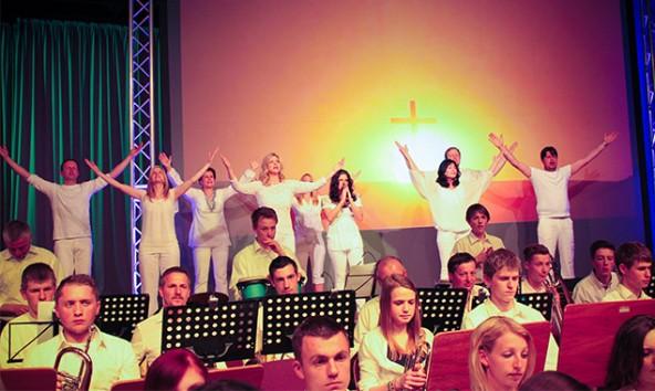 """Zahlreiche bekannte MusikerInnen und SängerInnen, großteils aus Matrei stammend, wirkten an den 18 Musicals mit. Hier im Bild das Abschlussstück """"Jesus Christ Superstar"""". Fotos: Charly Kashofer"""