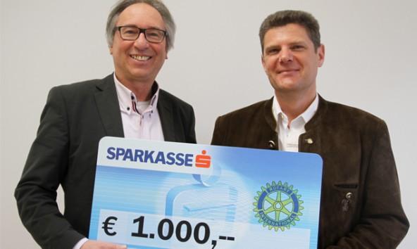 Andreas Weiskopf von der Lienzer Brücke mit Primar Hubert Volgger, Präsident des Lienzer Rotary Clubs bei der Scheckübergabe