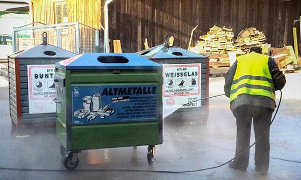 Die Mitarbeiter der Umweltwerkstatt sarnieren auch die Werstoffsammelträger der Gemeinden. Den Anfang machte Tristach. Foto: OSPA