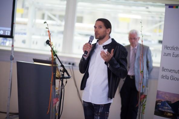 Der Kärntner Snowboarder Sigi Grabner erklärte den Teilnehmern des Jugendfestivals, wie er aus der Not eine Tugend machte und SG-Boards gründete.
