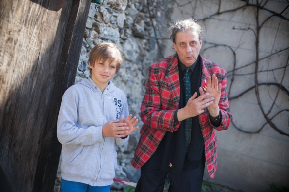 """Der Lienzer Schüler Ilja Drexl berichtete gemeinsam mit Theaterregisseur Herbert Gantschacher über das Kulturprojekt """"Talking Gloves – Sprechende Handschuhe"""". Foto: Dolomitenstadt/Egger"""