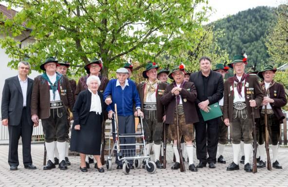 Gruppenbild mit Jubilar, Gattin Theolinde, Pfarrer und Bürgermeister.