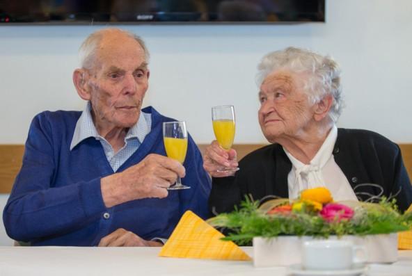 """Anton und Linde gönnen sich ein Gläschen auf den """"Hunderter"""". Sie sind seit 72 Jahren ein Ehepaar und gemeinsam 193 Jahre alt."""