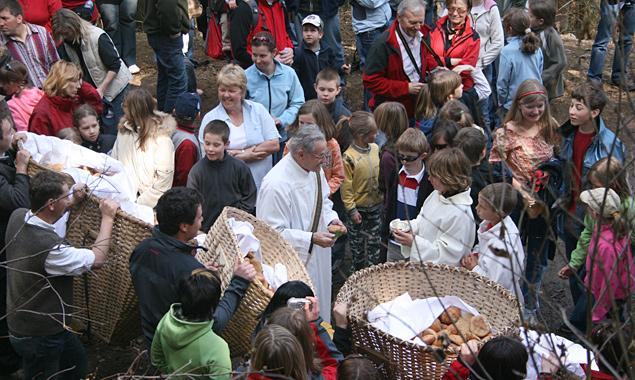 Die Brotverteilung am Helenenkirchl hat lange Tradition. Foto: Raimund Mußhauser