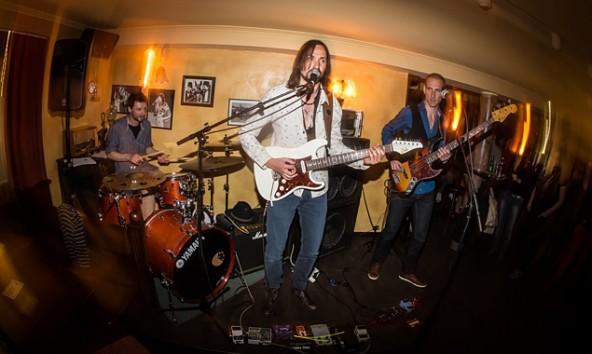 Stefan Mörtl (Drums), Elco Jongkind (Gitarre, Vocal) und Daniel Lottersberger (Bass) als Lowland-Trio im Irish Pub in Lienz.