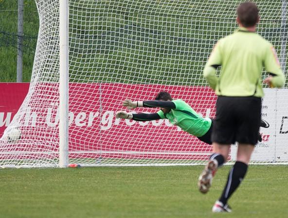 Seeboden-Keeper Herbert Brugger streckt sich beim 1:0 durch Daniel Kofler vergeblich. Foto: Expa/Groder
