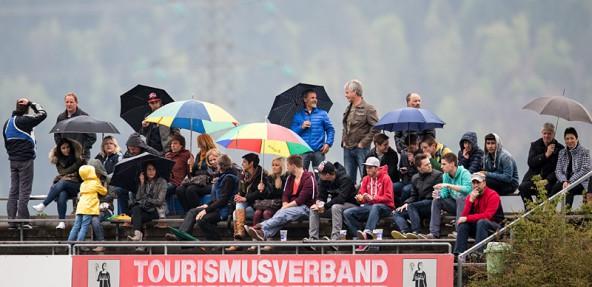 Gute Stimmung an einem regnerischen Karsamstag auf der Zuschauertribüne des FC-WR. Kein Wunder, bei drei Toren für die Gastgeber. Foto: Expa/Groder
