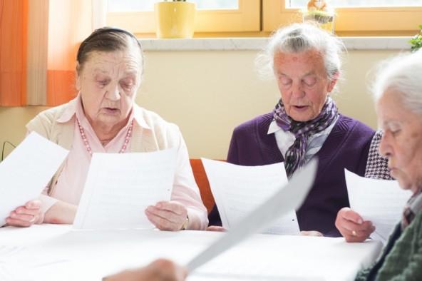 Mit Gedicht und Gesang umrahmten die Bewohnerinnen des Pflegeheimes die Veranstaltung. Fotos: Brunner Images