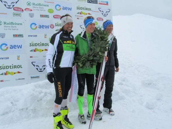 Susanne Mair mit der Zweitplatzierten Alexandra Hober (links) aus Meran und der Dritten Nina Brenn (rechts) aus der Schweiz.
