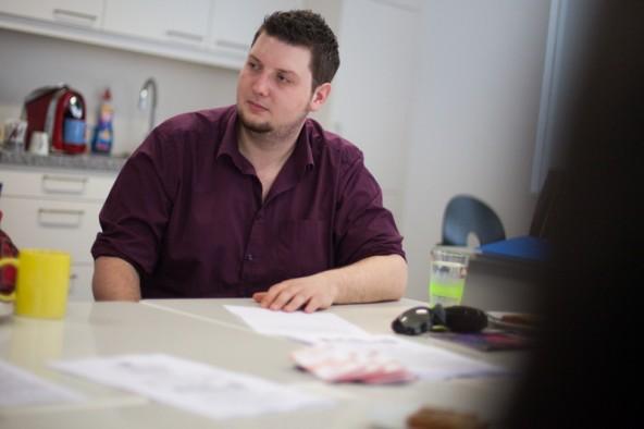 Der Deutsch-Lehrer Simon Mair animiert die Schüler zum Lesen von Büchern. Der Anreiz sind Spendgelder für Sehbehinderte in Entwicklungsländern.