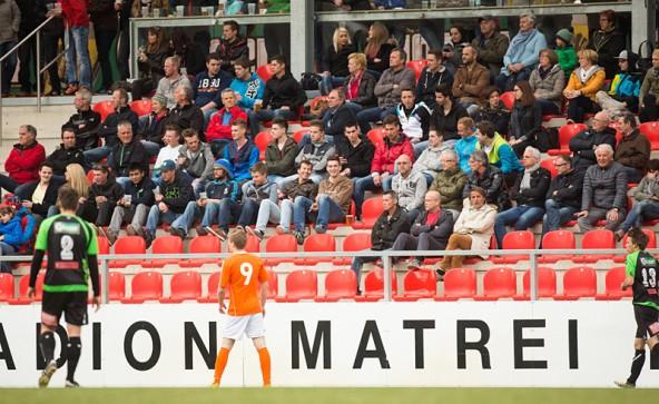 800 Zuseher sahen ein spannendes Derby im Matreier Tauernstadion. Fotos: Brunner Images
