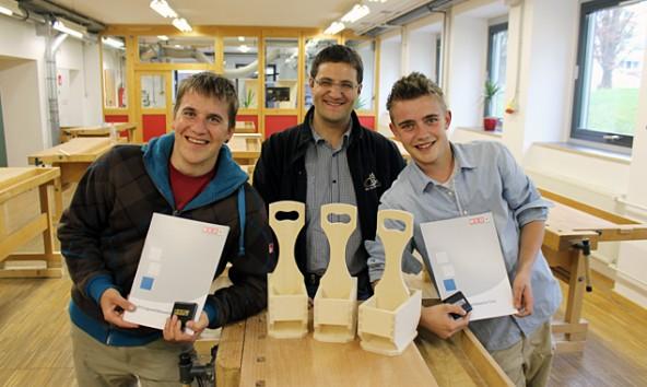 Von links: Simon Bodner, Tischlermeister Friedrich Wieser, Markus Walder