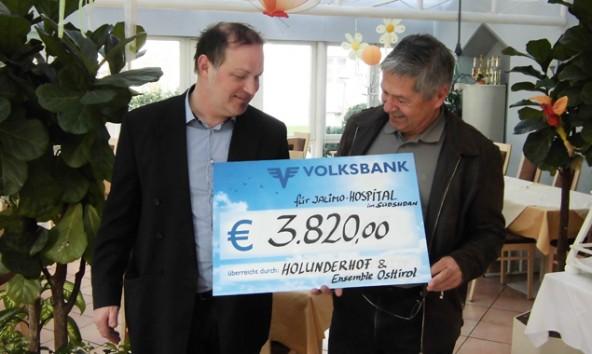 Der Gesamterlös des Charity-Abends lag bei 3.820 Euro, die der Hotelchef dem Initiator des Jalimo-Hospital-Projekts, Franz Krösslhuber überreichte.