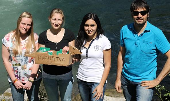 Jessica Moser, Barbara Amraser, Yasemin Yürekli mit Thomas Zimmermann vom Osttiroler Kajak Club. Foto: Drau4Fun