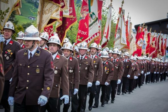Mit ihren farbenprächtigen Fahnen marschierten die Abordnungen der Osttiroler Feuerwehren durch die Oberländer Marktgemeinde. Foto: Brunner Images