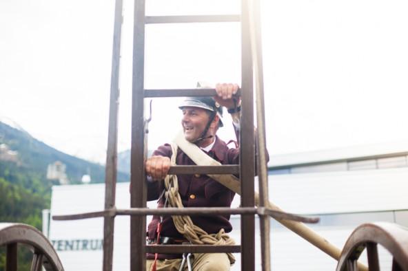 Feuerwehrmann Josef Walder: Bereits sein Großvater kletterte die 130 Jahre alte Leiter der Freiwilligen Feuerwehr Sillian hoch. Foto: Dolomitenstadt/Egger