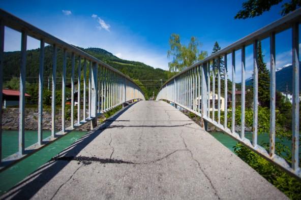Vor allem ältere Menschen haben mit der hohen Steigung auf der Brücke Probleme.
