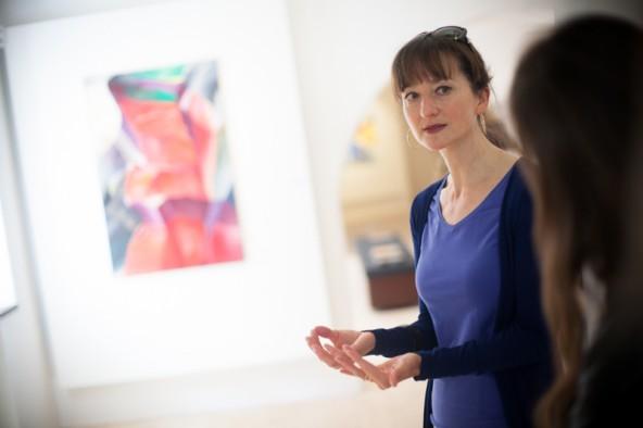 Ausstellungskuratorin Eleonora Bliem-Scolari zog einen roten Faden durch die Werke Ganzers.
