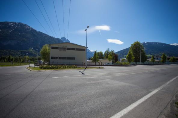 Derzeit ist der betroffene Straßenteil noch mit Sperrstreifen markiert. In Zukunft soll der 70 Meter lange Streifen Platz für rund zehn Pkw liefern.