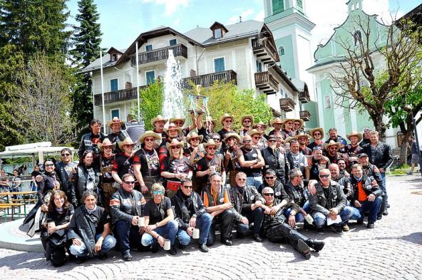 """Die """"Icebears"""" aus Toblach traten zum ersten Mal in der Division 1 an und holten gleich den ersten Meistertitel – diesen feierten die Südtiroler dann auch standesgemäß. Fotos: Anton Oberhammer"""