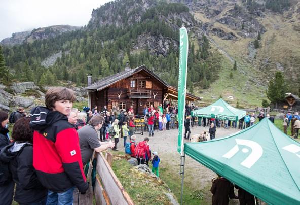 Großer Bahnhof für die Junggeier bei der Hofalm im Osttiroler Debanttal. Fotos: Expa/Groder
