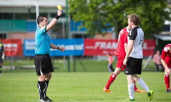 Für den Schiedsrichter gab's am Tag der Arbeit viel zu tun: 12 Gelbe und eine gelbrote Karte zückte der Unparteiische bei diesem Spiel.