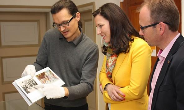 Martin Kofler (links), Leiter des Tiroler Photoarchives, zeigte EU-Kandidatin Barbara Schennach und Martin Mayerl einige seiner Schätze. Foto: VP-Lienz