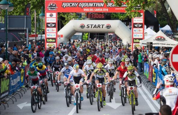 Um 7.30 machten sich 2300 Mountainbiker auf den Weg in Riva. Ganz vorne dabei Europameister Alban Lakata (Zweiter von rechts).
